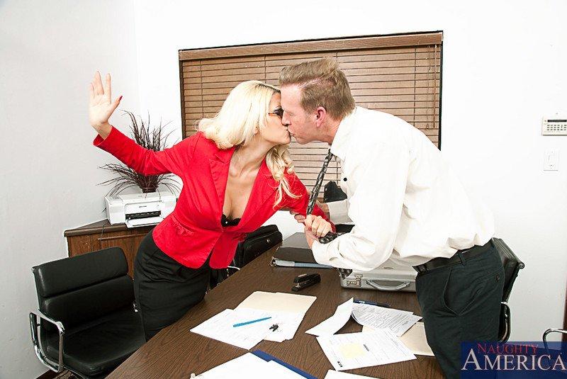 Член во рту секретарши