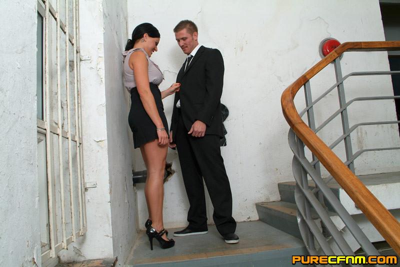 Брюнетка в сексуальном белье трахается лижет свою кончу