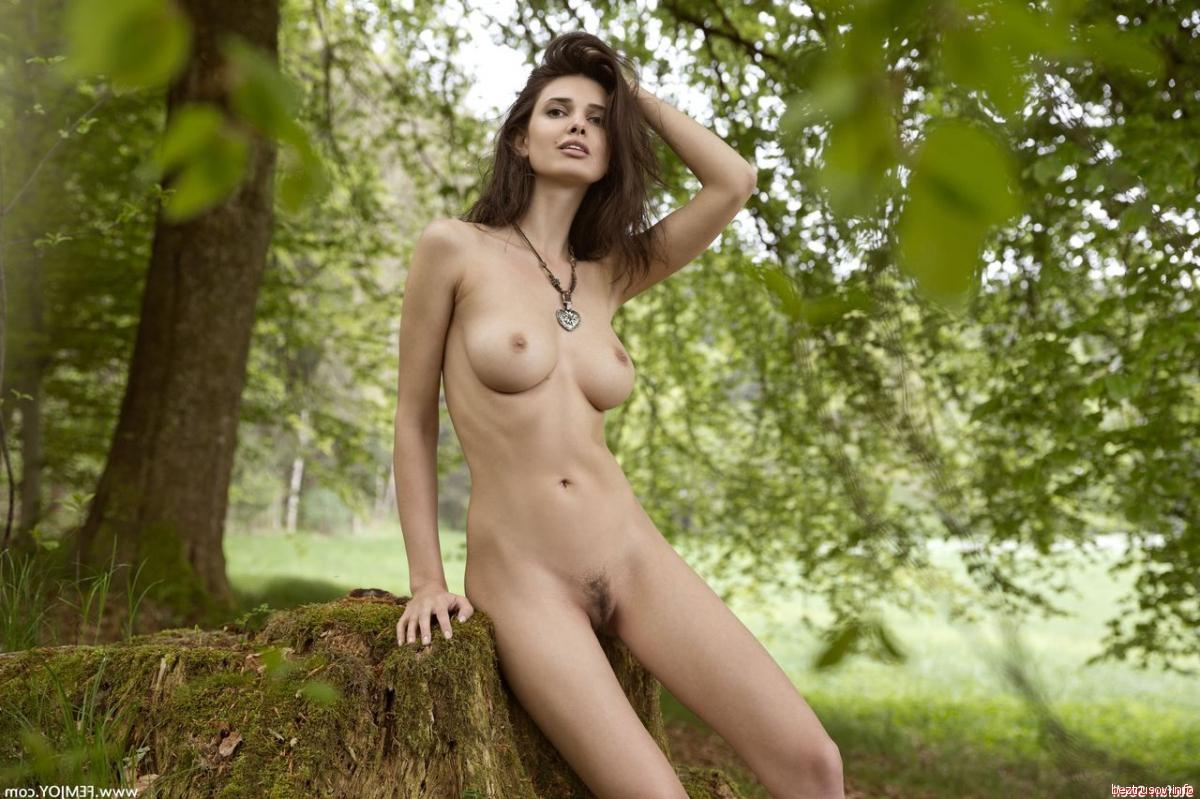 Блондинка показывает пизду и сиськи в лесу