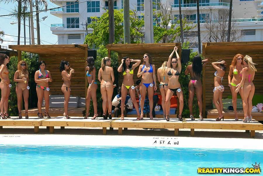 Секс вечеринка около бассейна #5