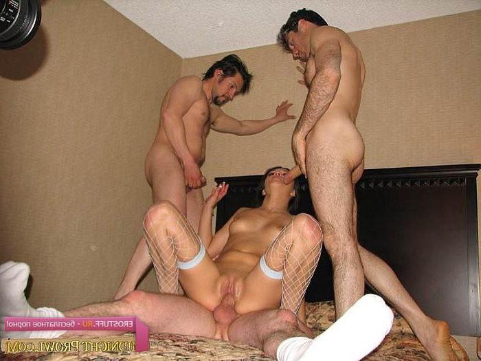 Трое мужиков сняли проститутк4у