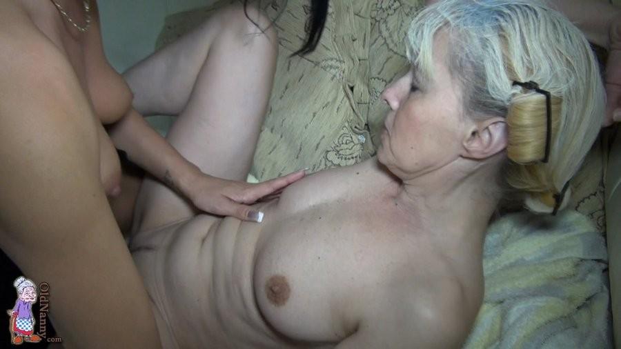 Бабушке делают куни