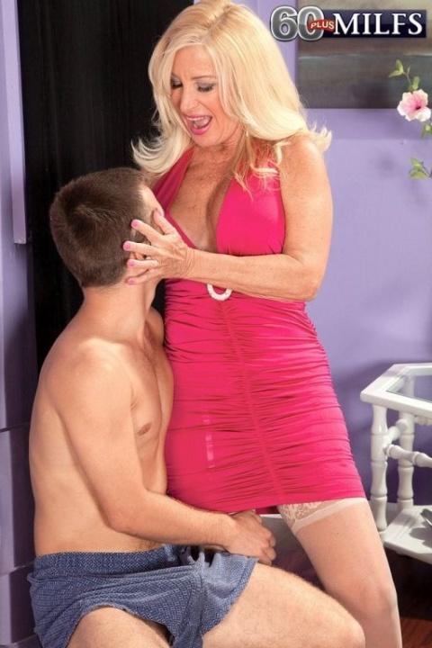 Сыночек трахнул сексуальную мамку