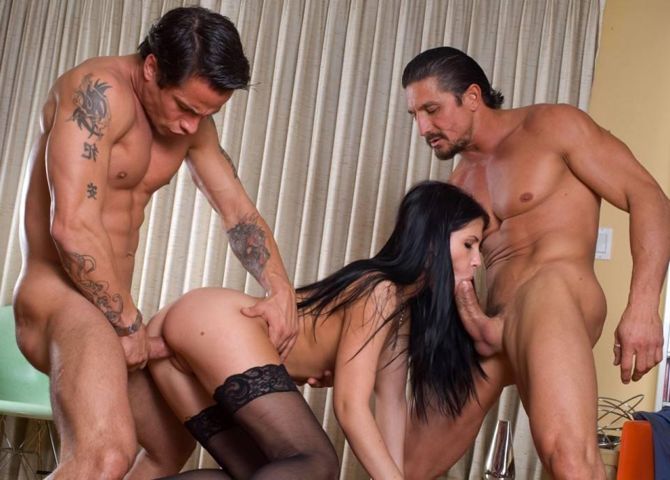 мальчика групповуха два мужика трахают брюнетку собираются порно
