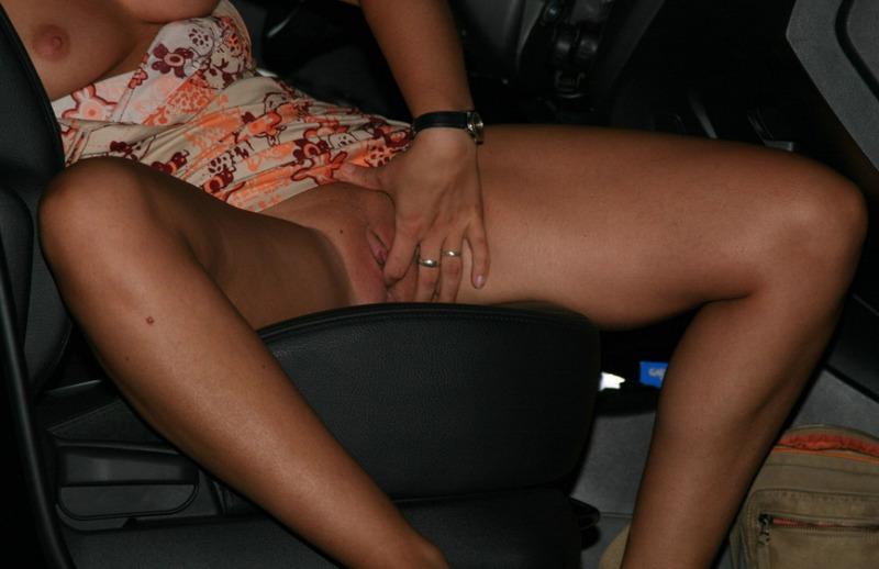 Эксгибиционистка в машине