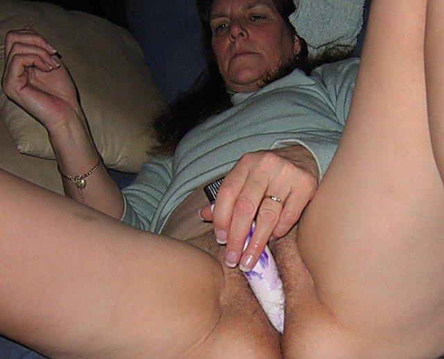 Мама показывает дочке как мастурбировать